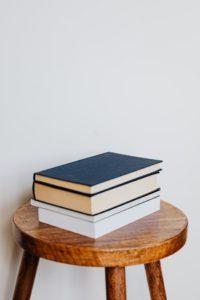 Livres sur tabouret