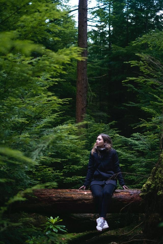 Femme dans forêt