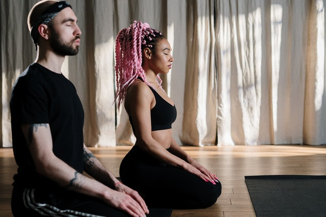 Méditants à genoux